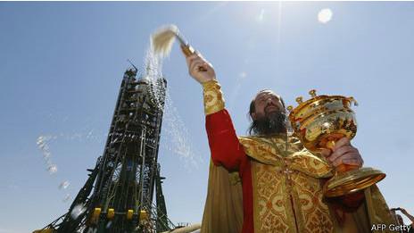 Cura ortodoxo bendice al cohete