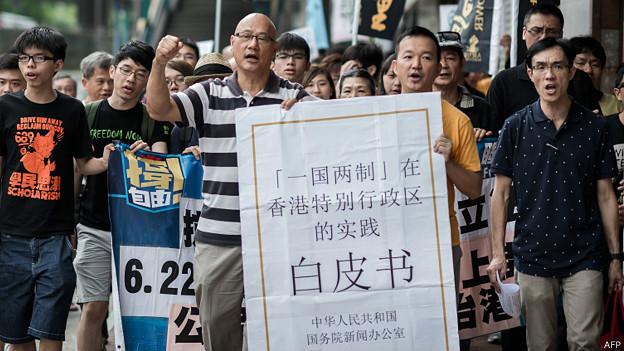 香港泛民政团到北京中央政府驻港联络办公室抗议一国两制白皮书(11/6/2014)