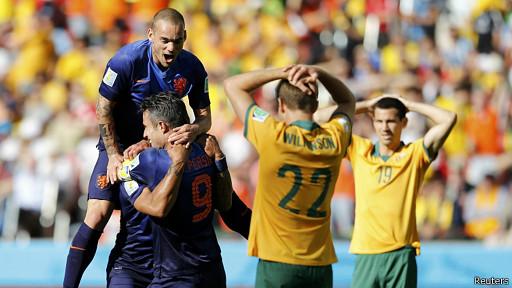 هولندا تفوز 3-2 على استراليا وتتصدر المجموعة الثانية في كأس العالم