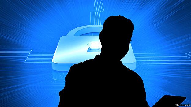 Perfil de un hombre frente a una ilustración de un computador