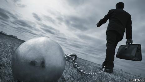 Ejecutivo encadenado a bola de hierro