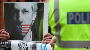 Protesta en las afueras de la embajada ecuatoriana en Londres