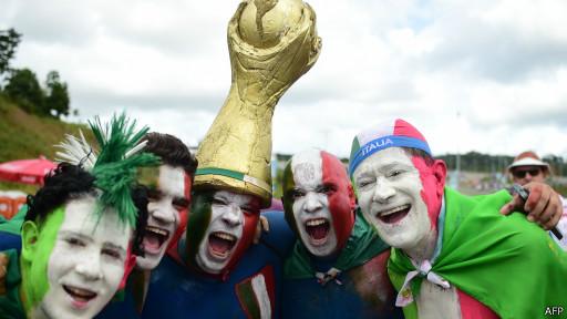 Hinchas italianos con una réplica de la Copa del Mundo