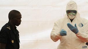 Trabajador sanitario en África muestra medidas de protección contra el ébola