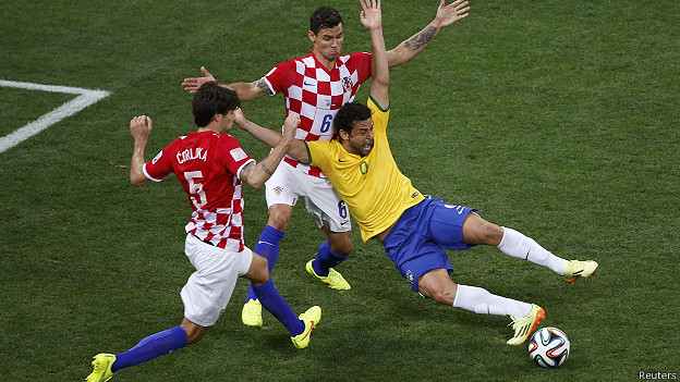 La polémica falta del croata Dejan Lovren al brasileño Fred