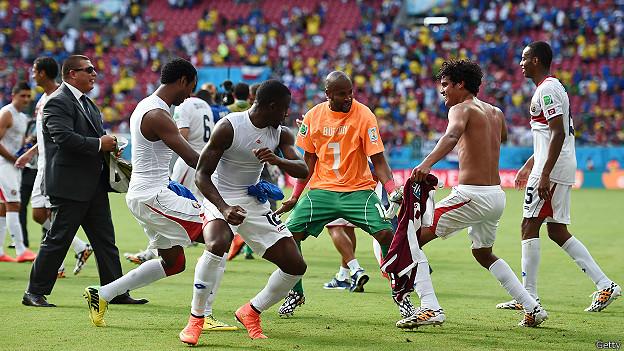 jugadores de Costa Rica celebran el triunfo sobre Italia