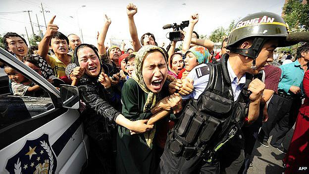 Policías sostienen a mujeres