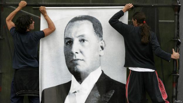 Cartel de Perón es descolgado (2006)