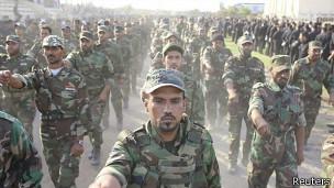 Desfile militar de chiitas en Irak