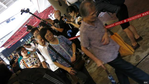 市民鱼贯进入香港理工大学