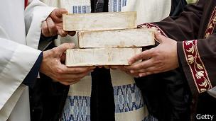 La manos del rabino Tovia Ben-Chorin, el padre Gregor Hohberg y el imán Kadir Sanci con ladrillos simbólicos