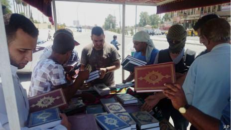 Entrega de coranes en Mosul