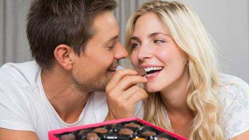 زوجين يتناولان الشيكولاتة