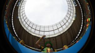 Torcedora brasileira no Mané Garricnha (AFP)