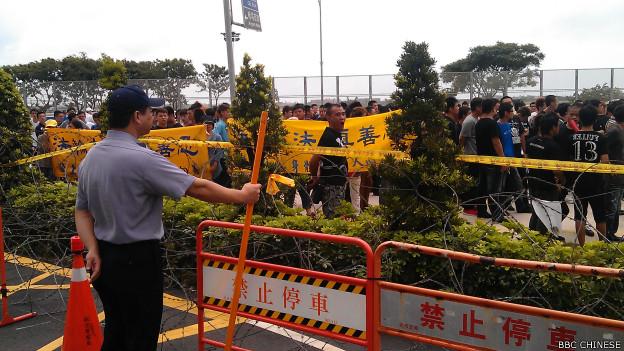 法轮功的代表在机场抗议。