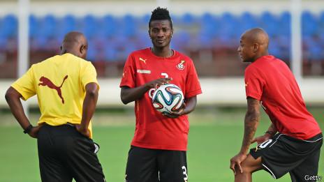 Asamoah Gyan (centro) durante entrenamiento del equipo de Ghana