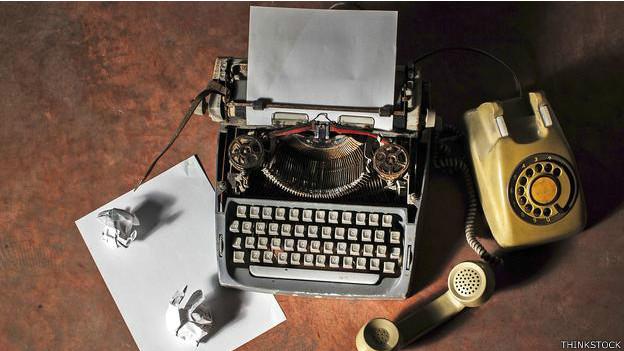 Máquina de escribir y teléfono antiguos