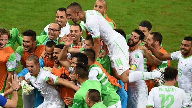 Jogadores argelinos celebram classificação para as oitavas / Crédito: AFP