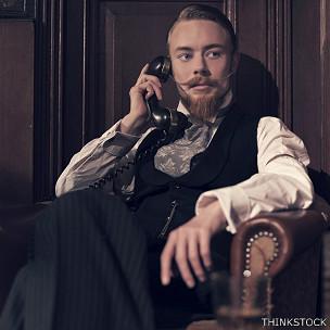 Victoriano hablando por teléfono