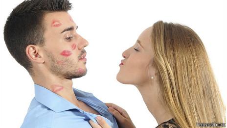 Palomas besándose