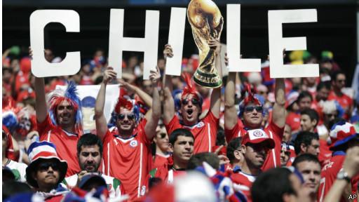 Torcedores do Chile fazendo a festa na Copa / Crédito : AP