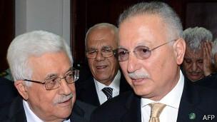 Ekmeleddin Ihsanoglu (der.) con Mahmoud Abbas, presidente de la Autoridad Nacional Palestina.
