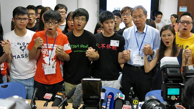 """香港""""占领中环""""民间投票三大方案代表齐喊口号(BBC中文网图片30/6/2014)"""