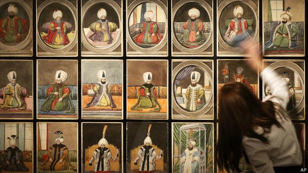 Mujer limpia cuadro con retratos de sultanes otomanos