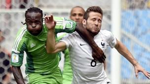 Victor Moses wa NIgeria katika Kombe la Dunia akivutana na Yohan Cabaye wa Ufaransa