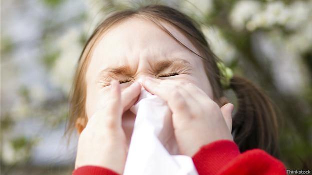 Niña estornudando