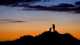 Pai e filho observam cometa (Crédito: Chris Cook)