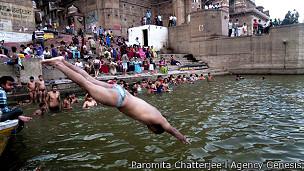 Hombre bañándose en el Ganges, Varanasi, India