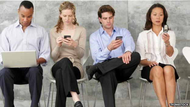 Personas con sus teléfonoso celulares