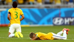 Neymar e Thiago Silva choram em jogo do Brasil contra o Chile | Foto: Getty