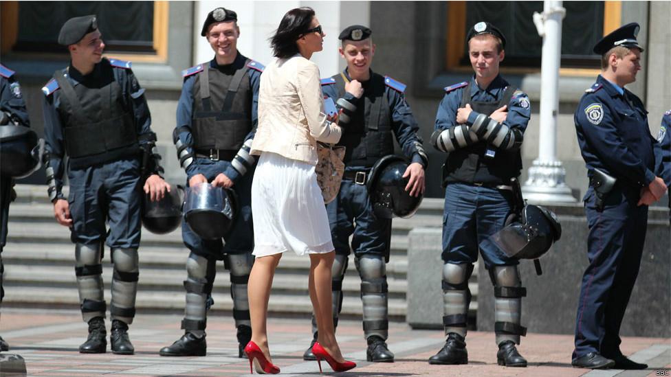 Милиционеры и женщина