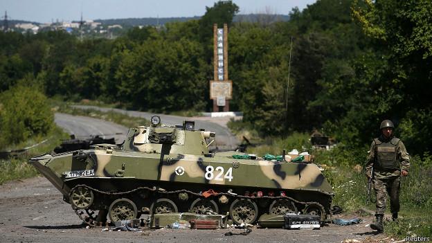 Vehículo blindado destruido en Sloviansk