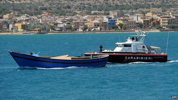 Policía remolca bote con cadáveres