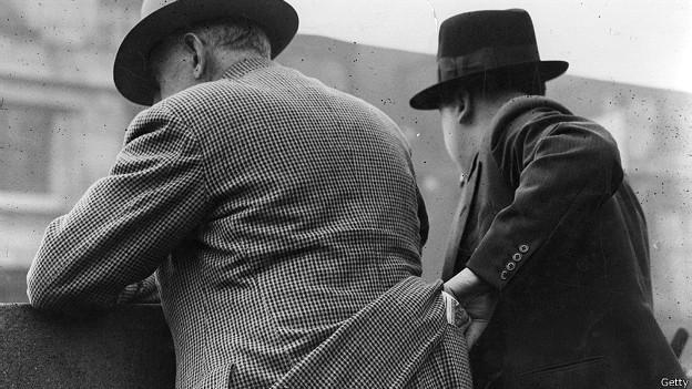 Карманник орудует в Нью-Йорке, примерно 1940 г.