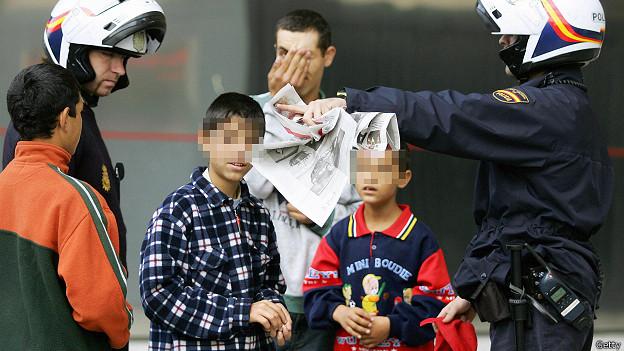 Мадридские полицейские беседуют с румынскими детьми