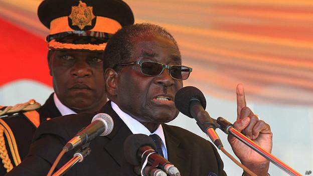 Роберт Мугабе перед микрофоном