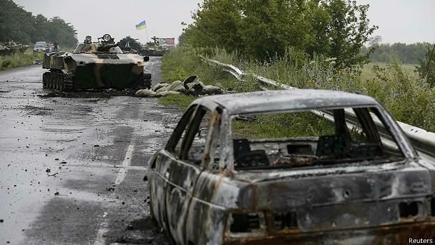 Сгоревшая машина на обочине под Славянском, Украина