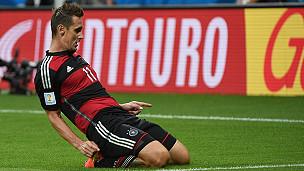 Miroslav Klose celebra su gol