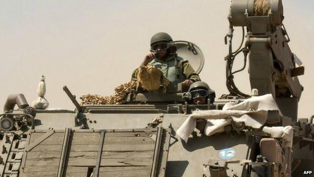 Soldados israelíes en vehículo militar cerca de la Franja de Gaza