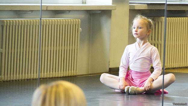 Маленькая балерина в позе медитации