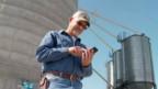 Американский фермер с телефоном