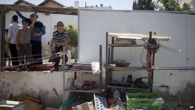 Residentes de Netivot, en el sur de Israel, miran el daño causado por un cohete palestino