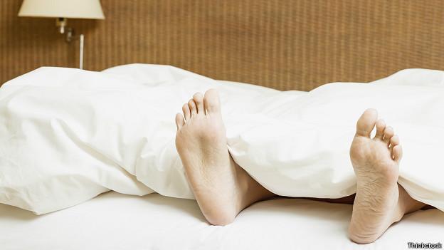 Ноги торчат из-под одеяла