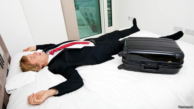 Бизнесмен с чемоданом в постели