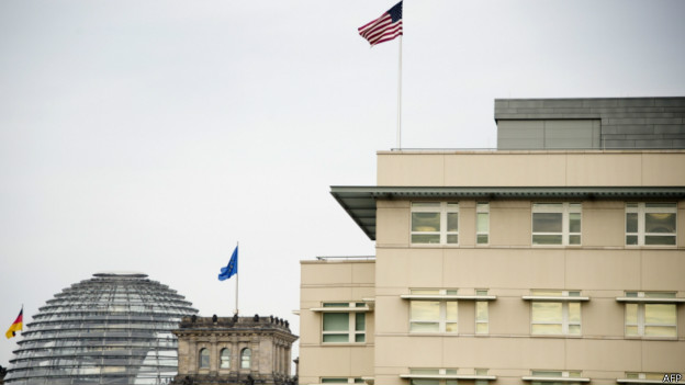 Embaixada americana próximo ao Parlamento alemão em Berlim | Foto: AFP