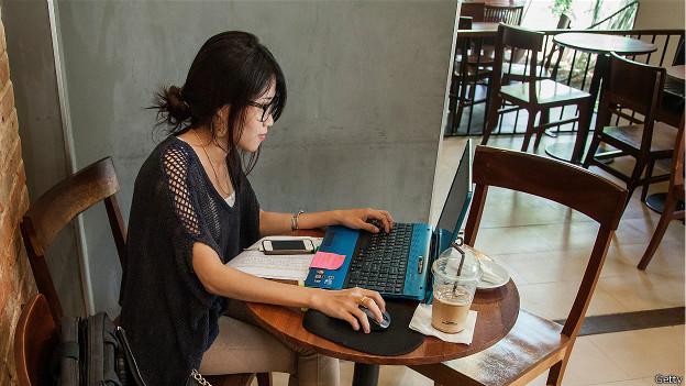 Persona sola en un café